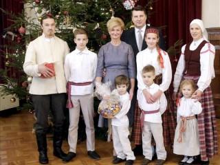 Kopā ar prezidentu iededz Ziemassvētku egli