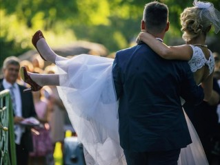 Jaunie pāri nepadodas – kāzas tomēr notiek